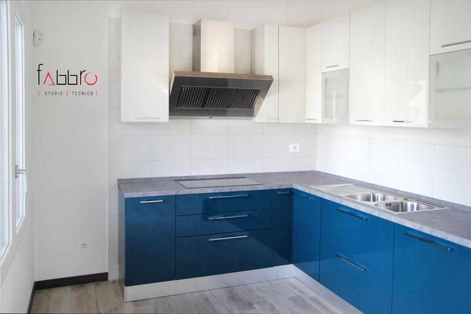 studio tecnico fabbro angolo cucina a l ante laccate lucide blu