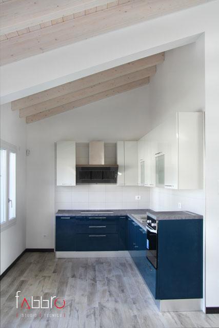 studio tecnico fabbro angolo cucina a l ante laccate lucide blu soffitto legno travi a vista legno chiaro abete