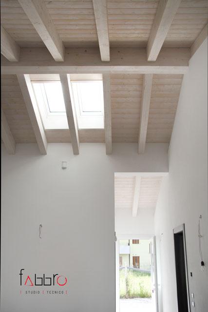 studio tecnico fabbro soffitto travi legno chiaro abete e lucernaio velux