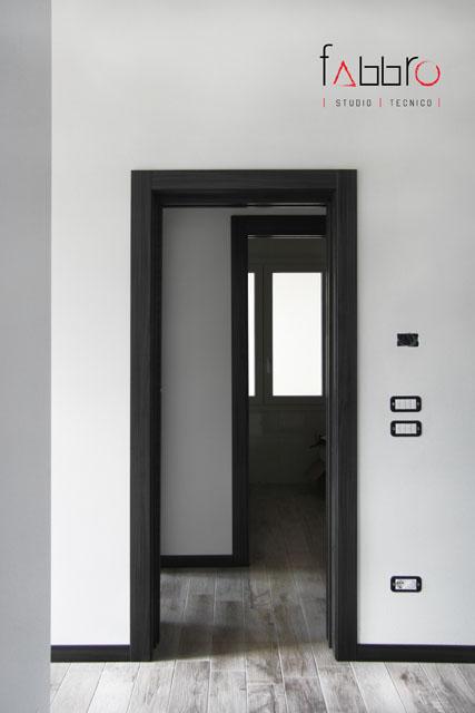 studio tecnico fabbro porte scorrevoli battiscopa legno scuro nero