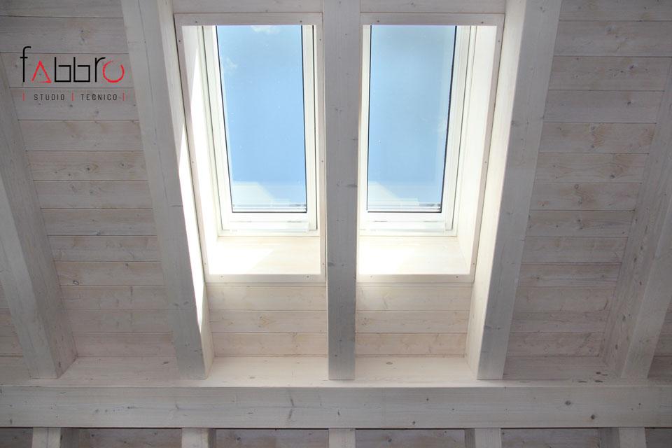 studio tecnico fabbro soffitto travi a vista legno chiaro abete e lucernaio velux