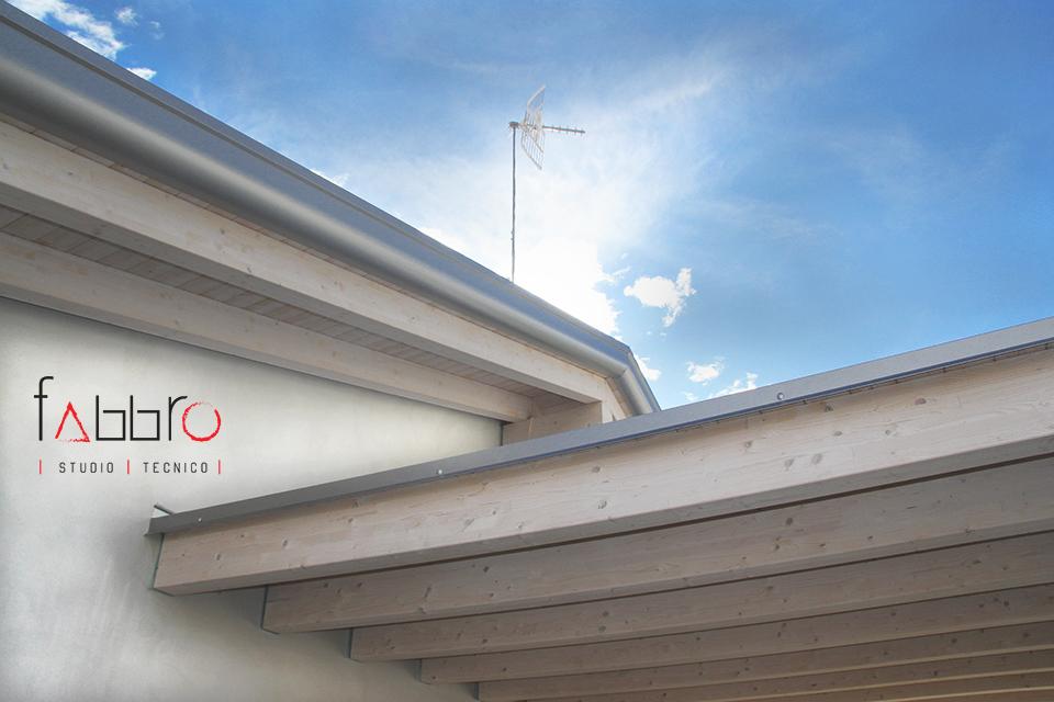 studio tecnico fabbro particolare del tetto con travi a vista in legno chiaro di abete