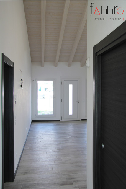 studio tecnico fabbro ingresso con soggiorno open space vista dall'ingresso sul retro