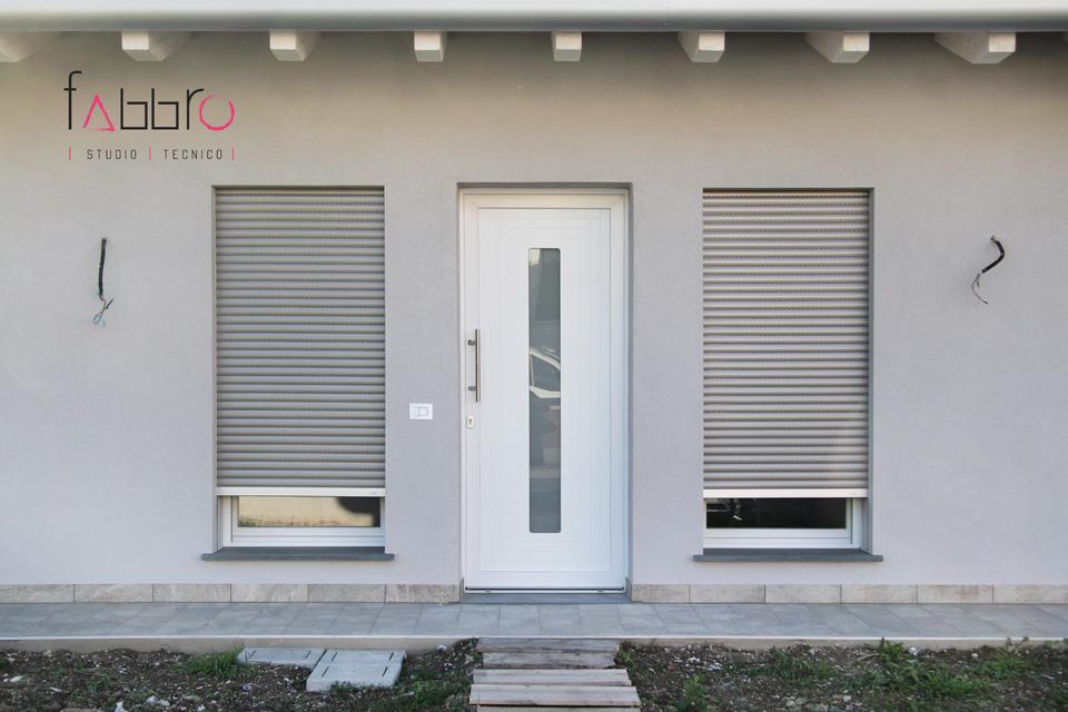 studio tecnico fabbro ingresso principale lato sud facciata particolare del portoncino d'ingresso e delle vetrate laterali